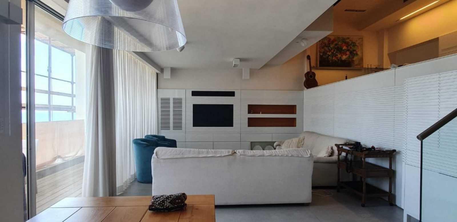 סלון בדירה על הים בהרצליה